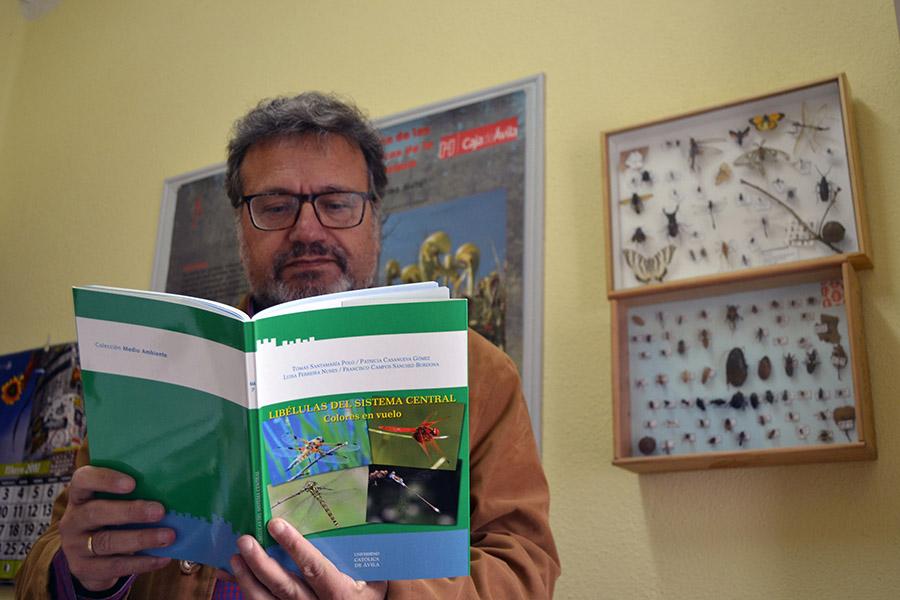 Tomás Santa María con el libro Libélulas del Sistema Central. Colores en vuelo