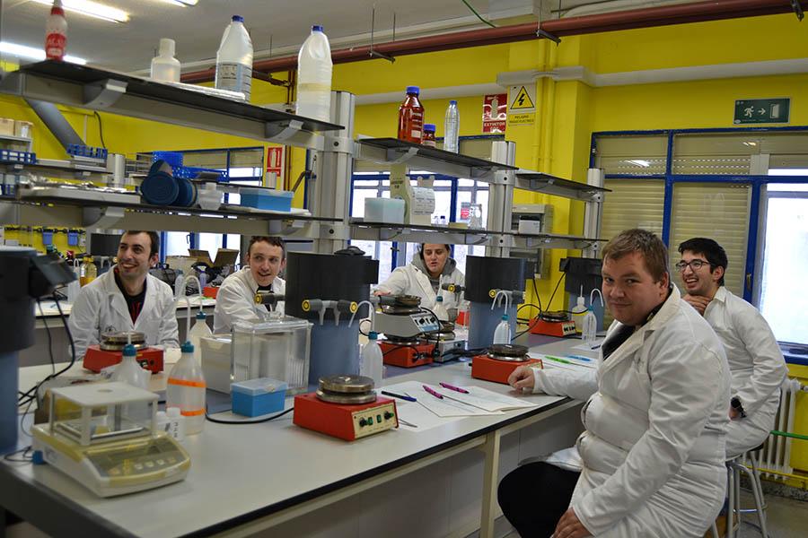 Estudiantes de Formación Profesional Básica de Fundabem visitan los laboratorios de la UCAV