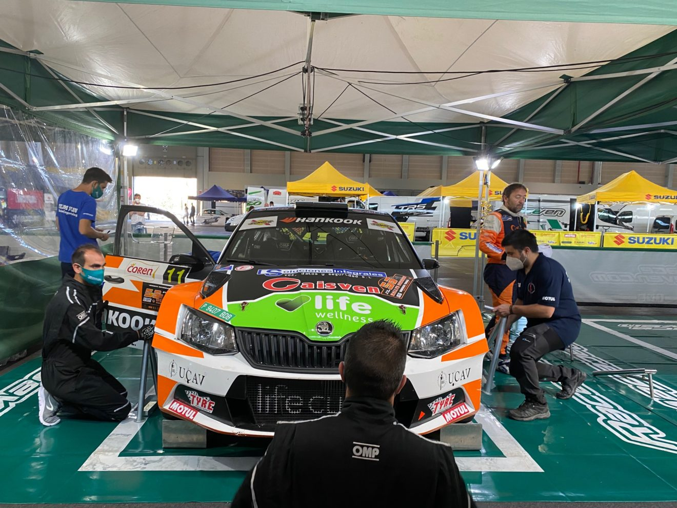 Los alumnos del UCAV Racing trabajan para el Race Seven en la primera prueba del CERA, una de las citas de máximo nivel