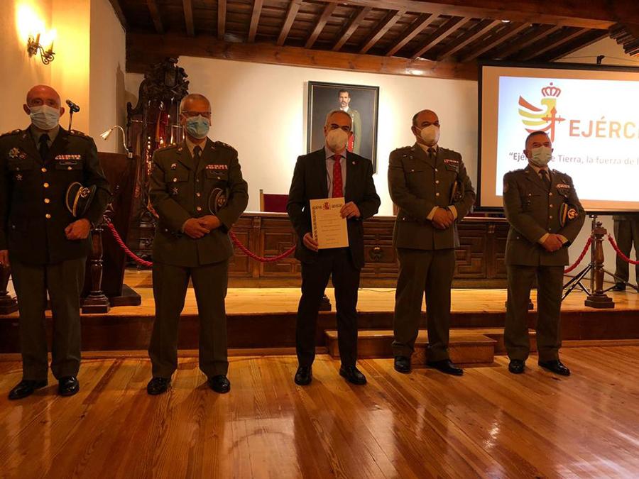 El director de la cátedra de cultura de defensa de la UCAV recibe la cédula como Embajador de la Marca Ejército